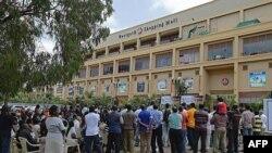 Mamia ya waombolezi waklusanyika nje ya jengo la Westgate
