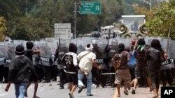 Para petani karet Thailand bentrok dengan polisi anti huru-hara di propinsi Nakhon Si Thammarat, wilayah selatan Thailand, Senin (16/9).