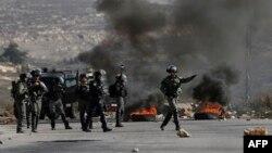 Des forces israéliennes prennent position lors d'échauffourées avec des manifestants palestiniens près de Ramallah, le 7 décembre 2017.