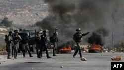 مغربی کنارے میں فلسطینی مظاہرین کے خلاف اسرائیلی سکیورٹی اہلکار پوزیشنز سنبھال رہے ہیں