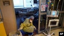 洛杉磯一所醫療中心的一名護士在為重症監護室裡的新冠患者整理醫療儀器的電線。(2021年8月17日)