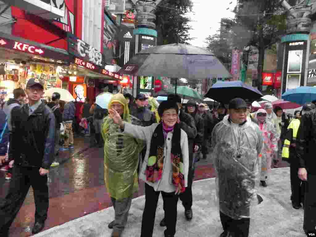 绝食前吕秀莲到台北年轻人聚集的西门町步行街头造势。(美国之音许波拍摄)