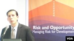 Direktur Laporan Perkembangan Dunia dari Bank Dunia, Norman Loayza. (VOA/Iris Gera)