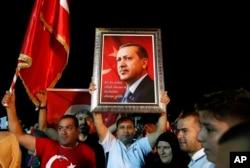 Partidarios del presidente de Turquía, Recep Tayyip Erdogan, escuchan mientras se dirige a ellos fuera de su residencia oficial en Estambul, el domingo 24 de junio de 2018.
