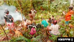 Warga Kampung Imsun, Papua, mengungsi di hutan karena ketakutan. (Foto: Courtesy/KMSPPM)