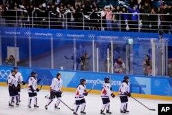 20일 남북 여자 아이스하키 단일팀과 스웨덴의 경기가 열린 강릉 관동하키센터에서 관중들이 경기를 마친 단일팀 선수들을 향해 환호하고 있다.