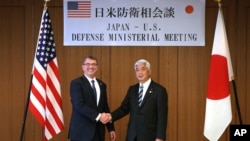 일본을 방문한 애슈턴 카터 미국 국방장관(왼쪽)이 나카타니 겐 일본 방위상과 8일 도쿄에서 회담을 가졌다.