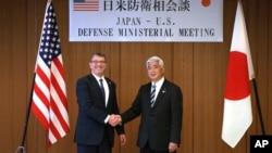日本防衛大臣中谷元(右)與美國國防部長卡特(左)。4月8日在東京會面。