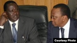 PM Kenya Raila Odinga (kiri) dan Wakil PM Uhuru Kenyatta, bersaing dalam Pilpres (foto: dok).