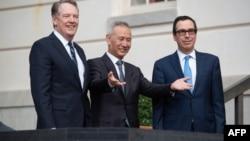 美国贸易代表莱特希泽(左)和财政部长姆努钦(右)在美国贸易代表办公室外迎接到访的中国副总理刘鹤(2019年10月10日)