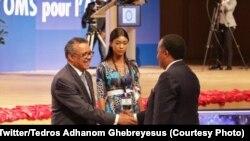 Mokambi ya OMS, Dr Tedros Adhanom Ghebreyesus (G) apesi mbote na président Denis Sassou Nguesso na 69e session ya comité régional ya OMS, Brazzaville, 19 août 2019. (Twitter/ Dr Tedros Adhanom Ghebreyesus)