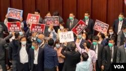 """香港立法會內務委員會會議""""鬧雙胞"""",上屆主席李慧琼被民主派議員質疑非法主持會議,爆發衝突。(美國之音湯惠芸)"""
