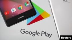 Des smartphones Huawei devant le logo de Google Play le 20 mai 2019.