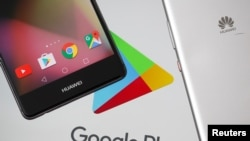 华为智能手机出现在谷歌Play标志前(2019年5月20日)
