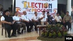 Ketua KPU RI Arief Budiman (memegang microphone) memberi keterangan pers terkait pelaksanaan Pilkada serentak di Indonesia, Rabu 27/6. (foto: Petrus Riski/VOA).