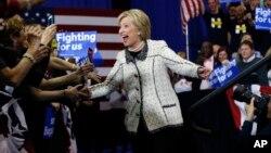 Hillary Clinton celebra junto a sus seguidores el triunfo en las primarias demócratas de Carolina del Sur, el sábado por la noche.