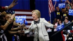 បេក្ខជនប្រធានាធិបតីពីគណបក្សប្រជាធិបតេយ្យ លោកស្រី Hillary Clinton ថ្លែងទៅកាន់អ្នកគាំទ្រនៅរដ្ឋ South Carolina កាលពីថ្ងៃសៅរ៍ទី២៧ ខែកុម្ភៈ ឆ្នាំ២០១៦។