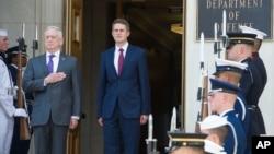Sekretar za odbranu SAD Džejms Matis (levo) i britanski ministar odbrane Gavin Vilijamson pozdravljaju nacionalne himne tokom ceremonije dobrodošlice pred njihov sastanak u Pentagonu