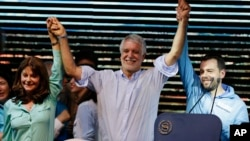 Enrique Penalosa (c) celebrates with former presidential candidate Martha Lucia Ramirez (l) and senator Carlos Galan, after being proclaimed the new mayor of Bogota, Colombia, Oct. 25, 2015.