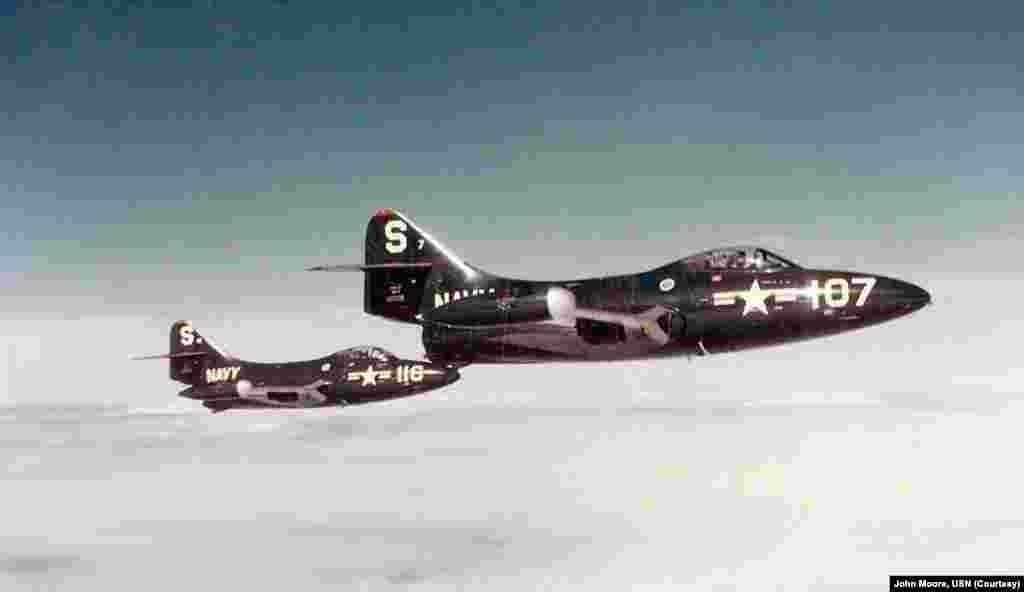 Два палубных истребителя Грумман F9F «Пантера», которые входили в состав эскадрильи 51, известной также как «Кричащие орлы». На этом снимке «Пантеры» совершают полет в небе над Корейским полуостровом. Пилот истребителя с номером S-107 – Нил Армстронг.  Армстронг принимал участие в Корейской войне с лета 1951 года. В ходе службы он совершил 78 боевых вылетов, суммарно проведя в небе 121 час. В одном из боев его самолет был сбит, однако Армстронг успел катапультироваться.