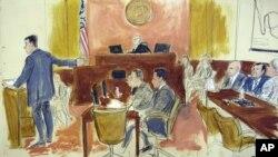 """Durante su declaración inicial, el fiscal federal Adam Feels, a la izquierda, señala al narcotraficante Joaquín """"El Chapo"""" Guzmán, segundo a la derecha, junto con su abogado Eduardo Balarezo en la corte federal de Brooklyn."""