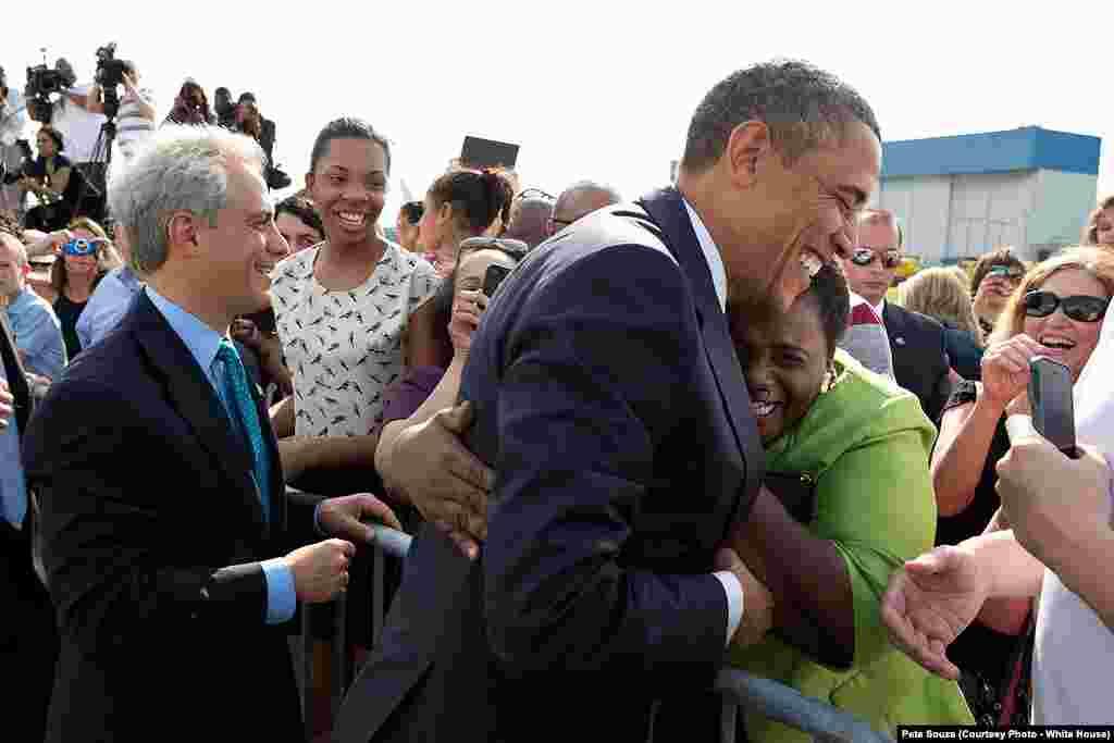 Une femme prend le président dans ses bras sur le tarmac de Chicago, le 29 mai 2013.