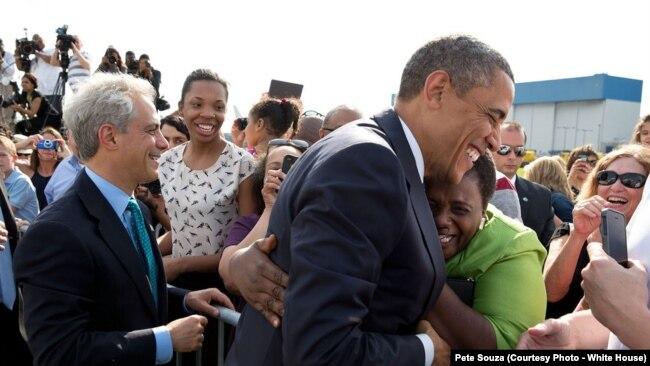 Thị trưởng Chicago Rahm Emanuel (trái) và Tổng thống Obama năm 2013.