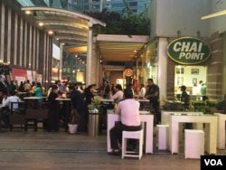 """Tea cafe """"Chai Point"""" in the business hub of Gurgaon attracts crowds at all times of the day. (A. Pasricha/VOA)"""