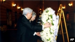 Kaisar Jepang Akihito, kiri, dan istrinya Michiko, kanan, meletakkan karangan bunga bagi mendiang raja Thailand Bhumibol Adulyadej, di Bangkok, Thailand, Minggu, 5 Maret 2017.