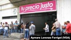 A diario los venezolanos invierten hasta cinco horas en fila para poder comprar alimentos.