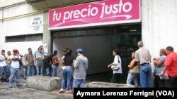 """Según el gobierno venezolano, las empresas promueven colas para dar """"sensación de desabastecimiento""""."""
