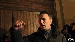Tokoh oposisi Alexei Navalny berbicara di depan pendukungnya dalam unjuk rasa di Lapangan Pushkin, Moskow (5/3).