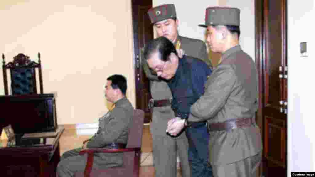 북한은 12일 특별군사재판을 열고 장성택을 사형에 처했다고 조선중앙통신이 13일 보도했다. 사진은 13일자 로동신문에 실린 장성택 재판 장면.
