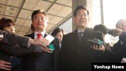 31일 서울중앙지검에서 조사를 받기 위해 출석한 새누리당 이철우 원내대변인(왼쪽)과 박선규 인수위 대변인.