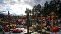 Sejumlah makan dan nisan-nisan salib tampak di Pemakaman Yastrebkovskoe, satu dari sekian banyak pemakaman untuk para pasien yang meninggal karena COVID-19, di luar Kota Moskow, Rusia, Jumat, 22 Oktober 2021. (Foto: AP)