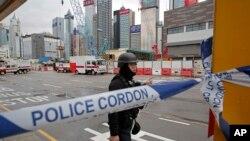 Tim penjinak bom dari kepolisian setempat dikerahkan di lokasi kejadian, di distrik Wan Chai, Hong Kong, Rabu 31 Januari 2018.