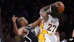 Pemain Los Angeles Lakers Jordan Hill (kanan) berhadapan dengan pemain Brooklyn Nets Jason Collins dalam sebuah pertandingan NBA di Los Angeles.