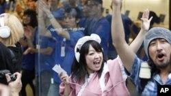 Khách hàng reo hò khi Apple bắt đầu bán iPhone 5 tại một cửa hàng ở Tokyo hôm 21/9/12