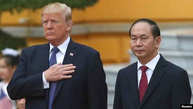 El presidente de Estados Unidos, Donald Trump, y el presidente de Vietnam, Tran Dai Quang, asisten a la ceremonia de bienvenida en el Palacio Presidencial en Hanoi, Vietnam, el 12 de noviembre de 2017.