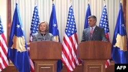 Državna sekretarka i premijer Kosova na konferenciji za novinare u Prištini
