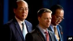 """美國代表團團長,時任特朗普總統特別助理兼國家安全委員會負責東亞事務的博明(Matthew Pottinger)(中),朝鮮對外經濟關係省負責人金英才(右)在北京參加""""一帶一路""""國際合作高峰論壇開幕式(2017年5月14日)"""