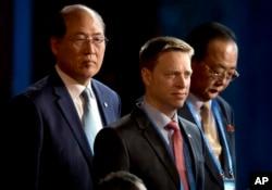 """美国代表团团长,川普总统的特别助理兼国家安全委员会负责东亚事务的马修·波廷格(中),朝鲜对外经济关系省负责人 Kim Yong Jae(右)在北京参加 """"一带一路""""国际合作高峰论坛开幕式(2017年5月14日)"""
