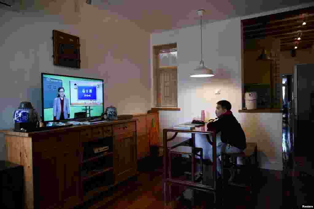 چین کے شہر شنگھائی کے پرائمری اسکولز میں پڑھنے والے طلبہ نے آن لائن کلاسز لینا شروع کر دی ہیں۔