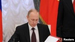 Vladimir Poutine a promulgué vendredi la loi finalisant l'annexion de la Crimée
