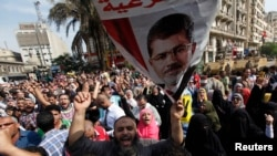 이집트에서 4일 무함마드 무르시 전 대통령의 재판이 시작된 가운데, 지지자들이 대법원 주변에서 무르시의 석방을 촉구하는 시위를 벌였다.