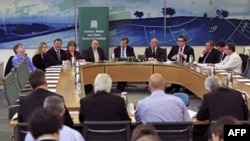Članovi britanskog parlamenta novinarima odgovarali na pitanja o aferi prisluškivanja tokom konferencije za novinare Ministarstva za kulturu i sport, 1. maj 2012.