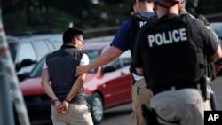 一名男子在密西西比州莫顿的科氏食品公司工厂被逮捕。(2019年8月7日)