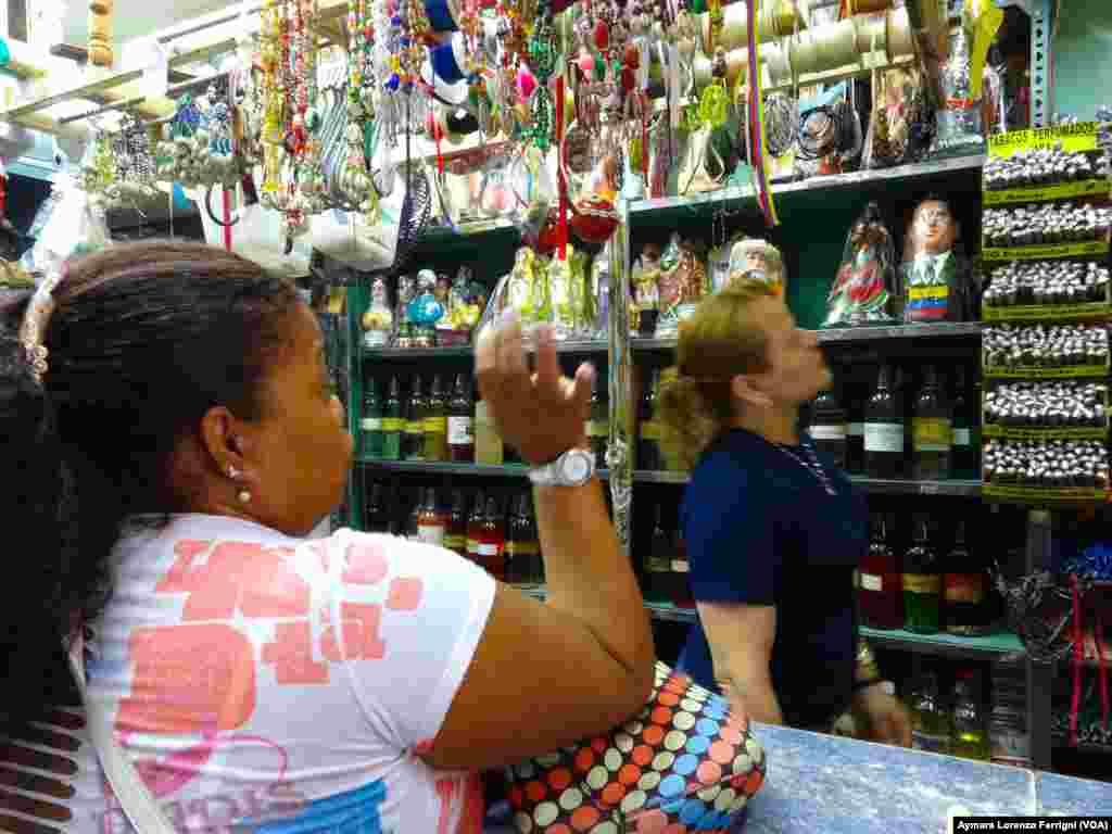 Algunos venezolanos buscan solución a sus problemas en el espiritismo.
