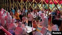 中国海南省海口出现新冠病毒感染确诊后,居民排队接受新冠病毒核酸检测。(2021年8月3日)