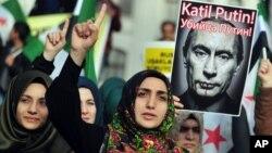 """Warga Turki melakukan aksi unjuk rasa anti-Rusia sambil membawa poster bertuliskan """"Putin Pembunuh"""" di Istanbul (foto: dok)."""
